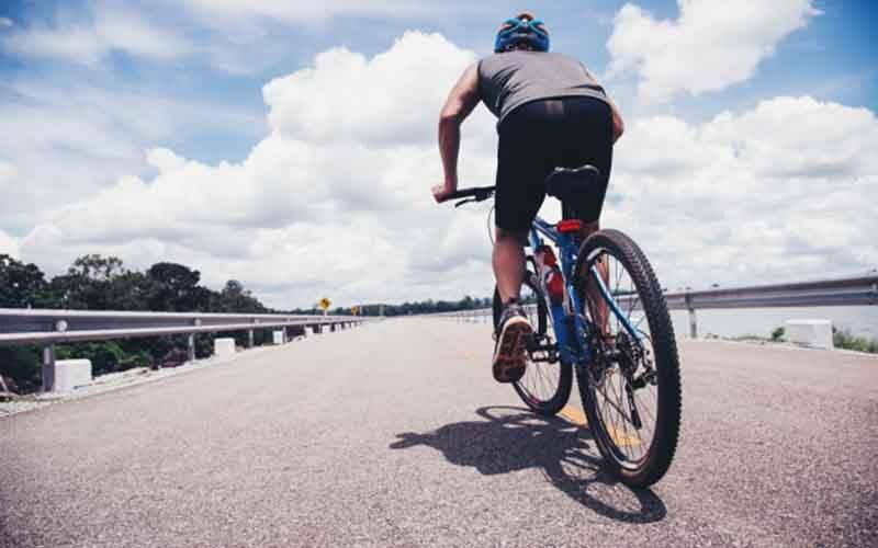तंदुरुस्त रहने के लिए रोजाना 30 मिनट चलाए साइकिल