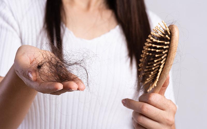 बाल झड़ना किस हॉर्मोन की कमी से होता है , कैसे करें झड़ते बालों का इलाज, जानें घरेलू उपचार