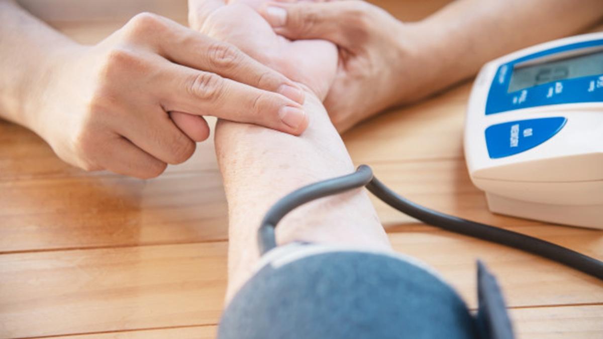 Low BP Risk in Older Adults: लो ब्लड प्रेशर बुजुर्गों के लिए कैसे खतरनाक हो सकता है