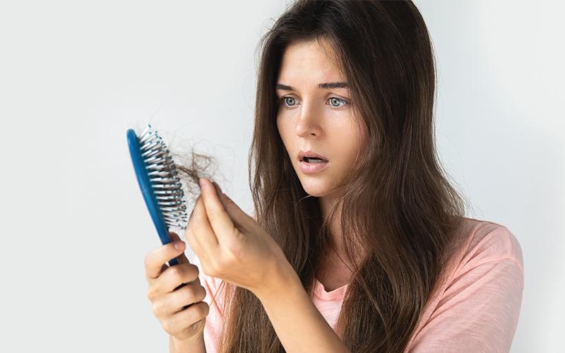 जानें, महिलाओं में बाल झड़ने के कारण और उपाय